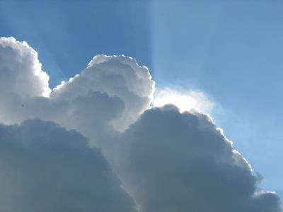 Achter de wolken komt de zon vandaan